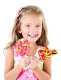 Счастливая маленькая девочка при леденцы на палочке изолированные на белизне Стоковое Изображение RF