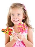 Счастливая маленькая девочка при леденцы на палочке изолированные на белизне Стоковое фото RF