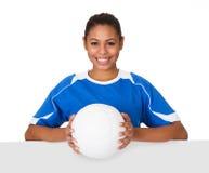 Счастливая маленькая девочка проводя волейбол и плакат Стоковые Фотографии RF