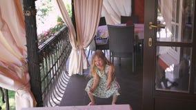 Счастливая маленькая девочка скачет в балкон акции видеоматериалы