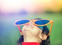 Счастливая маленькая девочка с большими солнечными очками Стоковая Фотография RF