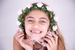 Счастливая маленькая девочка с розами вокруг стороны Стоковые Фото