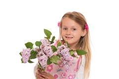 Счастливая маленькая девочка с цветками сирени Стоковая Фотография