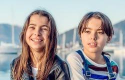 Счастливая маленькая девочка 2 усмехаясь и смотря камеру Стоковое Фото