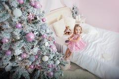 Счастливая маленькая усмехаясь девушка с подарочной коробкой рождества стоковые фотографии rf