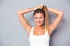 Счастливая милая девушка держа ее ponytail стоковое изображение rf