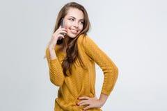 Счастливая милая женщина говоря на телефоне стоковые изображения