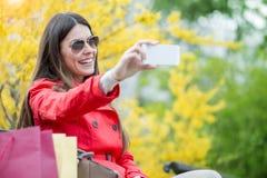 Счастливая милая женщина с хозяйственными сумками Стоковая Фотография RF