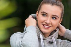 Счастливая милая молодая женщина девочка-подростка нося Hoody Стоковая Фотография RF