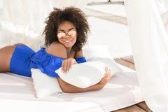 Счастливая моложавая женщина мулата загорая на курорте лета Стоковое Изображение RF