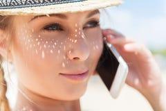 Счастливая моложавая женщина связывая через устройство внешнее Стоковые Изображения RF