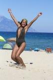 Счастливая молодая арабская женщина с распространяя оружиями на пляже Стоковое Изображение