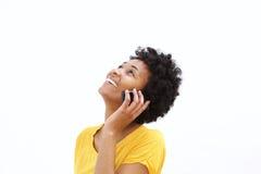 Счастливая молодая африканская женщина говоря на мобильном телефоне Стоковые Фотографии RF