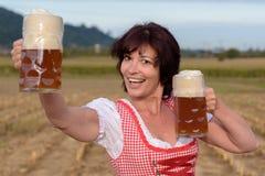 Счастливая молодая баварская женщина празднуя Oktoberfest Стоковые Фотографии RF