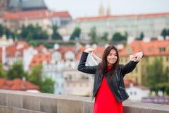 Счастливая молодая городская женщина в европейском городе на известном мосте Кавказский туристский идти в Прагу, чехию Стоковое Фото