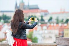 Счастливая молодая городская женщина в европейском городе на известном мосте Кавказский туристский идти в Прагу, чехию Стоковая Фотография