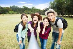 счастливая молодая группа делая selfie умным телефоном Стоковые Фотографии RF
