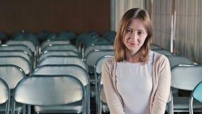 Счастливая молодая женщина аплодируя сток-видео