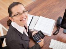 Счастливая молодая женщина высчитывая финансы Стоковое Изображение