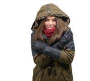 Счастливая молодая женщина в одеждах зимы стоковые изображения rf