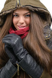 Счастливая молодая женщина в одеждах зимы стоковая фотография rf