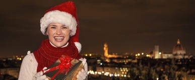 Счастливая молодая женщина в Флоренсе, Италии с подарком рождества Стоковая Фотография RF