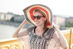 Счастливая молодая женщина в шляпе идя на мост, свежесть Стоковая Фотография RF