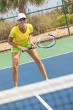 Счастливая молодая женщина девушки играя теннис Стоковое Изображение RF