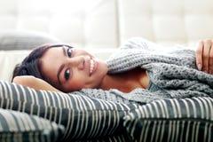 Счастливая молодая женщина лежа на поле с подушками Стоковые Изображения RF
