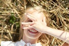 Счастливая молодая женщина лежа на поле хлопьев Стоковое фото RF