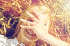 Счастливая молодая женщина лежа на поле хлопьев Стоковые Фото