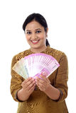 Счастливая молодая женщина держа 2000 примечаний рупии Стоковая Фотография