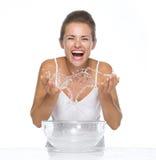 Счастливая молодая женщина делая воду брызгает пока моющ сторону Стоковое Фото