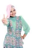 Счастливая молодая женщина делая знак мира Стоковые Фото