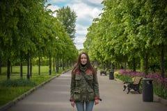 Счастливая молодая женщина идя в парк лета Стоковые Изображения
