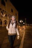 Счастливая молодая женщина идя около St дворца Dogi в Венеции Стоковые Фотографии RF