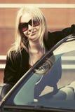 Счастливая молодая женщина моды рядом с ее автомобилем Стоковые Фото