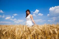 Счастливая молодая женщина наслаждаясь жизнью в золотом пшеничном поле Стоковые Фотографии RF