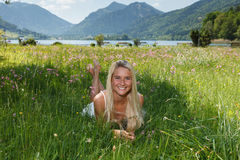 Счастливая молодая женщина на луге цветка Стоковое фото RF