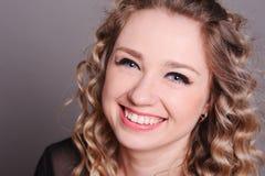 Счастливая молодая женщина представляя над серым цветом Стоковое Изображение RF