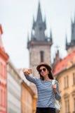 Счастливая молодая женщина принимая предпосылке selfie известный замок в европейском городе Кавказский туристский идти вдоль дезе Стоковое Изображение RF