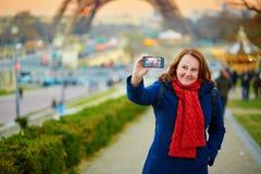 Счастливая молодая женщина принимая selfie в Париже стоковые фотографии rf