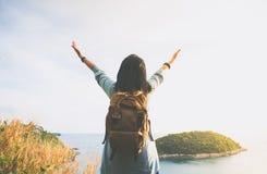 Счастливая молодая женщина путешественника подняла руку до неба наслаждаясь beaut Стоковые Фото