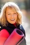 Счастливая молодая женщина работая йогу Стоковые Изображения RF