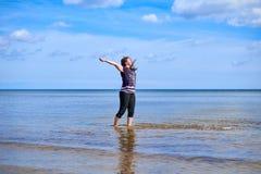 Счастливая молодая женщина распыляет воду Стоковое фото RF