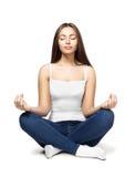 Счастливая молодая женщина сидя в положении лотоса Стоковые Фотографии RF