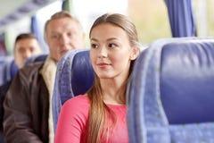 Счастливая молодая женщина сидя в шине или поезде перемещения Стоковая Фотография