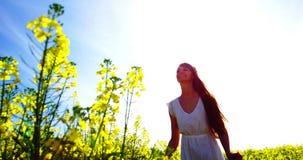 Счастливая молодая женщина скача в поле акции видеоматериалы