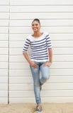 Счастливая молодая женщина стоя outdoors и смеясь над Стоковое Изображение