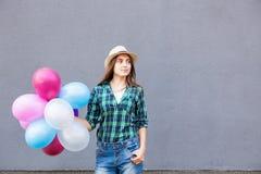 Счастливая молодая женщина с воздушными шарами с космосом экземпляра Стоковое Изображение